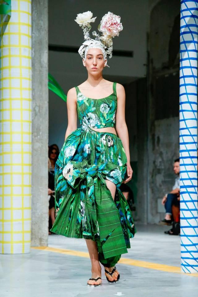 Louis Vuitton и Marni сосредоточились на цветовой палитре и не стали делать акцент на прорисовке мелких деталей, Marc Jacobs сместили фокус с оттенков зеленого на ярко-красные цветы суданской розы, которые распустились на длинном атласном платье с объемными рукавами.
