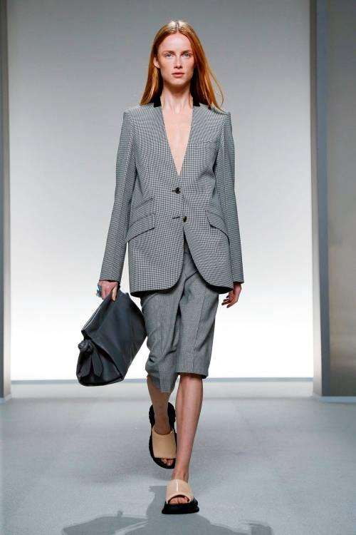 Их можно носить не только со строгими блузами и рубашками, но и с однотонными футболками, топами в бельевом стиле и массивными кроссовками, дополняя образ сумками на длинном ремешке