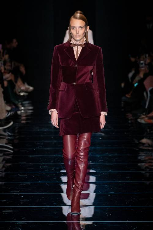 Some are in the hues of red wine, such as the combinations of velvet blazer, skirt, and high-rise boots or leather midi dress, transparent tights, and bleak heels.