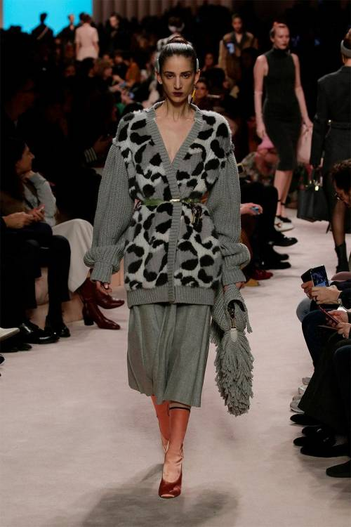 An oversized gray cardigan decorated with the large leopard print