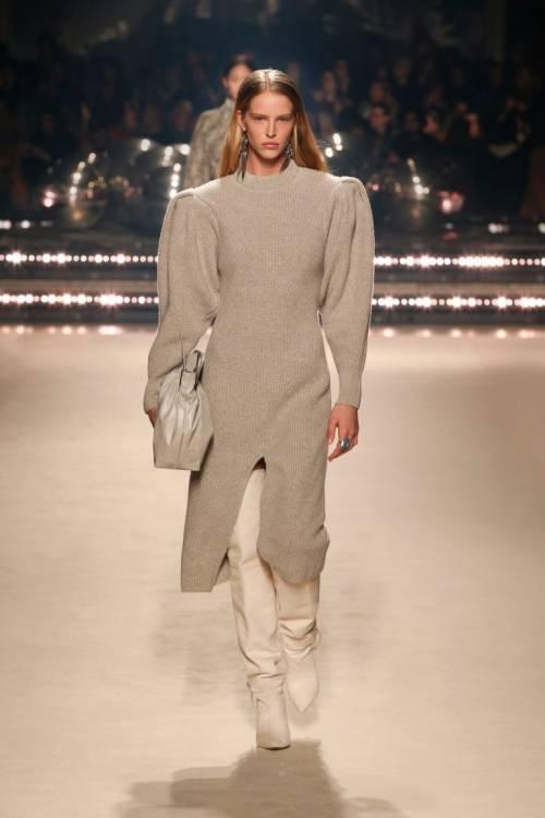 В коллекцию осень-зима 2020 вошли жакеты и пальто с широкими плечами, меховые жилеты, трикотажные свитера с пышными рукавами, брюки прямого кроя, блузы из легких тканей, объемные куртки и платья с высокими воротниками.