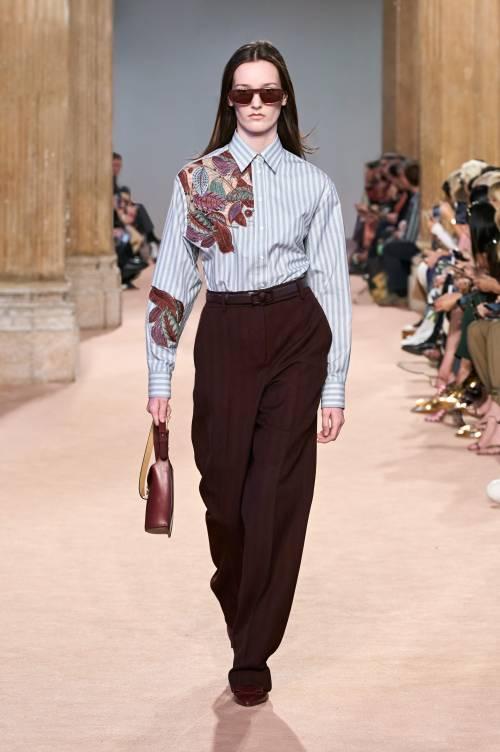 Деловые брюки также можно надеть с объемным свитером с аппликациями или с деловой рубашкой, также украшенной вышивкой или аппликацией.