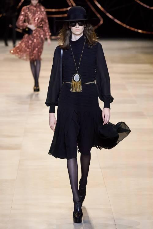 На Неделе моды в Париже завершился показ осенне-зимней коллекции Celine. В основе ДНК бренда – французская чувственность и лаконичность. Именно эти качества постарался передать в своей новой коллекции Эди Слиман.