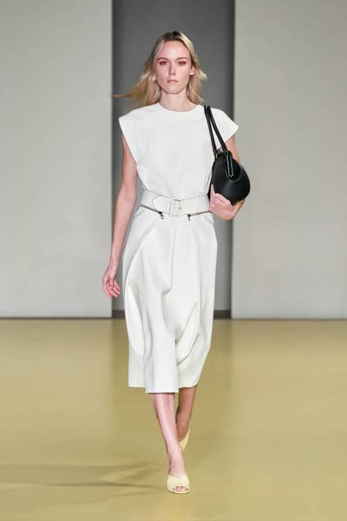 В коллекции можно увидеть одежду простых силуэтов, чистые цвета и нарочитый минимализм, который пришел к нам из 1990-х.