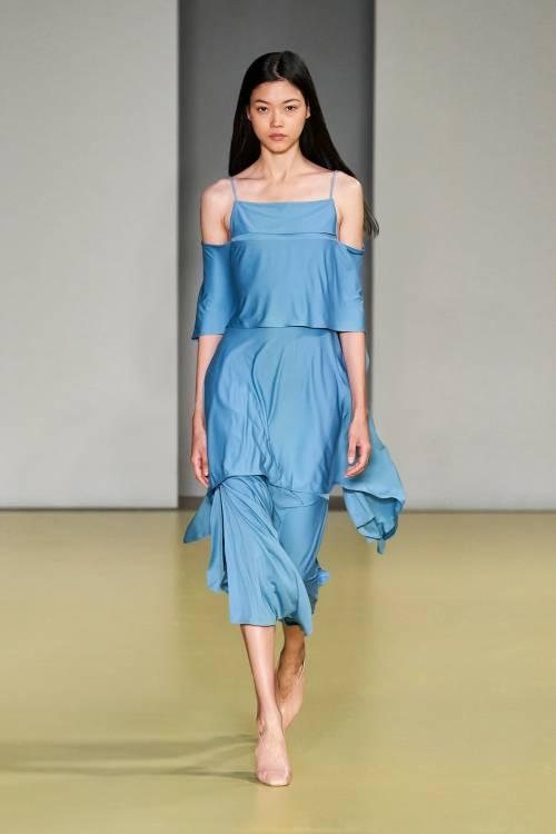 Новая коллекция Salvatore Ferragamo явно станет незаменимым руководством по повседневным трендам будущей весны: здесь и пастельные оттенки, и вязаные платья, и оверсайз-свитера – какую-то часть одежды из коллекции хочется надеть уже осенью 2020.