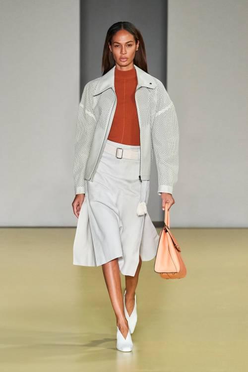 В коллекции обращают на себя внимание и детали: необычная горизонтальная бахрома на юбке, крупная вязка у короткого платья и ремень в тон комбинезону – все лаконично, строго и безумно стильно