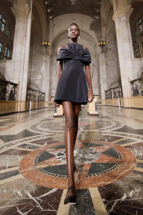 Несмотря на все изменения в мире, которые произошли за последний год, Уэс Гордон по-прежнему верит в одежду, предназначенную для мероприятий - дизайнер знает, что пандемия не отменит навсегда особые случаи.