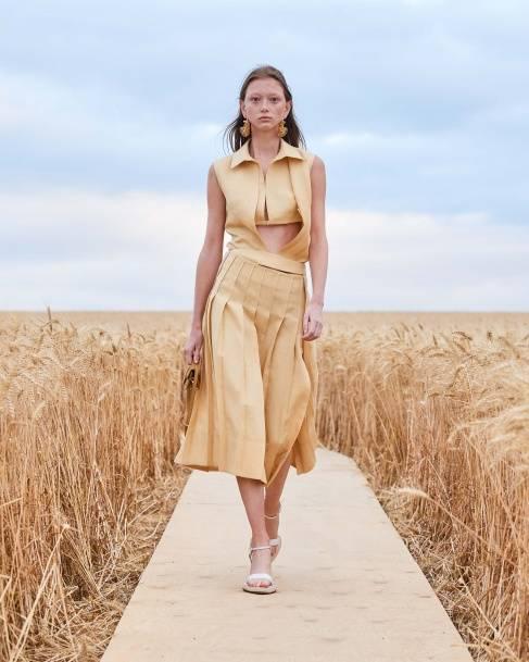 В этом сезоне самыми модными вещами в стиле lady like станут женственные кейпы, удлиненные приталенные жакеты, прямые брюки со стрелками, блузы с воротниками-бантами, платья с длинными рукавами и обувь на низком каблуке, которая отличается не только элегантностью, но и практичностью.