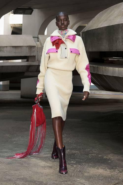 В ее представлении тренды, которые будут актуальны в ближайшее десятилетие, берут свое начало еще в прошлом веке, постепенно обрастая необычными смыслами и трансформируясь в нечто совершенно уникальное. В этой коллекции дизайнер совместила фолк-стиль и либертарианский дух 1960-х годов, символами которых были Джимми Хендрикс и Дженис Джоплин, а также элементы культуры габбер – музыкального направления 1990-х, сочетающего в себе техно и электронные мотивы.