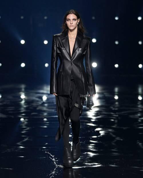 Из-за пандемии свою первую для марки коллекцию ему пришлось представить в формате лукбука – и вот на Неделе моды в Париже состоялся дебютный для него показ сезона осень-зима 2021.