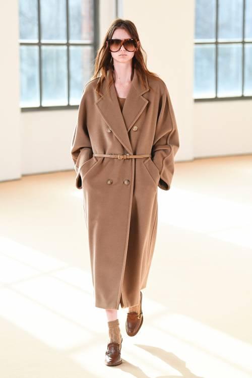 Этот сезон стал для марки особенно важным не только потому, что индустрия моды еще не полностью отошла от всех последствий пандемии, но и потому, что в 2021-м Max Mara празднует юбилей – 70 лет со дня основания.