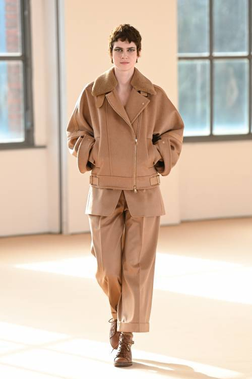 The Max Mara fall-winter 2021 show was held at Milan Fashion Week, where the creative director of the brand, Jan Griffiths, praised the beauty and courage. He was inspired by determined and courageous women, who feel like queens regardless of external circumstances.