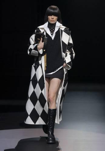 Одним из самых актуальных и, без сомнения, броских принтов осени 2021 станет клетка «арлекин», состоящая из крупных ромбов. Считается, что дорогу на подиумы и в повседневные гардеробы модниц принту «арлекин» в 50-х годах прошлого века открыла американский дизайнер Адель Симпсон, которая впервые показала его на блузе с расклешенными рукавами и воротником с рюшами.