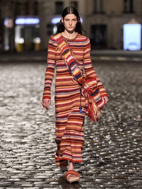 При подготовке гардероба к осенне-зимнему сезону важно учесть еще один принт – полоску, которая может быть как максимально широкой – до 10 сантиметров, так и узкой. Стереотипы о том, что этот узор не подходит определенным типам фигуры, пора оставить в прошлом и совершенно спокойно носить одежду как с вертикальными, так и с горизонтальными линиями – причем не только традиционные тельняшки, но и трикотажные платья-колонны, свитера, жилеты и пальто-чебурашки.