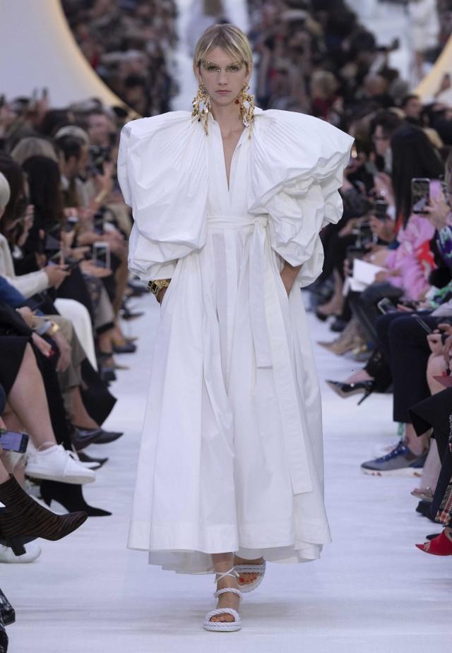 «Я думал о чем-то универсальном, хотел вернуть чувство формы и объема. Именно по этой причине я взял за основу белую рубашку, но обращался с нею как с кутюрной вещью», - говорит Пьерпаоло Пичолли.